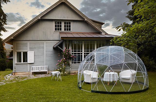 Un igloo trasparente in giardino