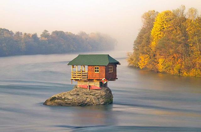 La casa in bilico su una roccia da 47 anni