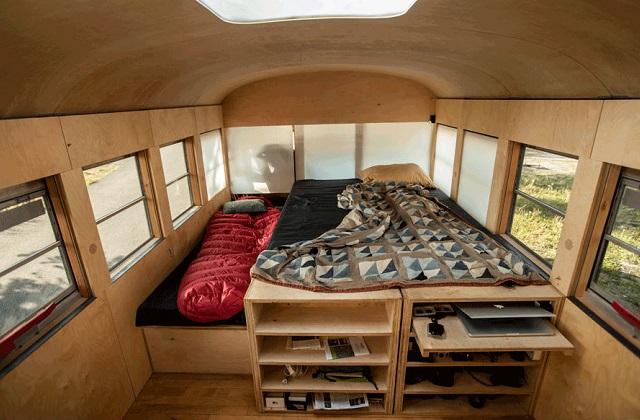 la trasformazione di uno scuolabus in una casa a quattro ruote