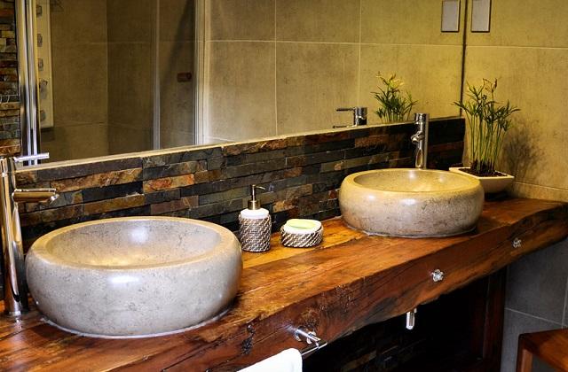 Bagno in comune lavabo e specchio idee per la coppia