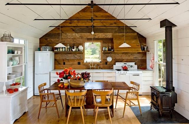 Una casa accogliente con le pareti rivestite in legno