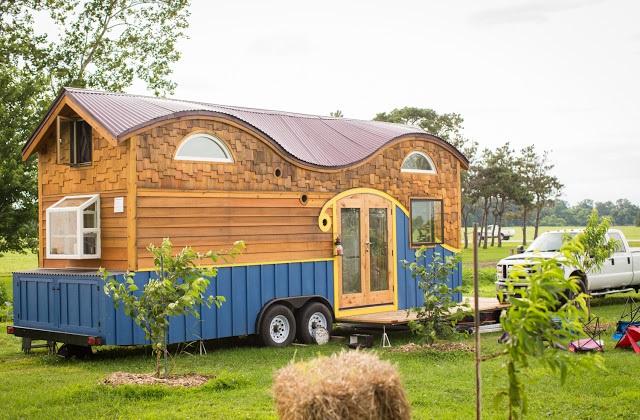 Una vecchia roulotte diventa una casa funzionale