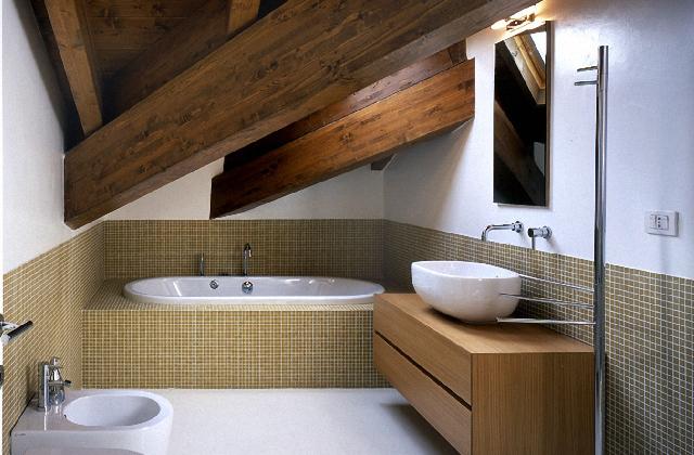 Realizzare un piccolo bagno nel sottotetto guida pratica - Come realizzare un bagno ...