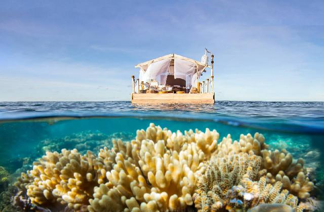 casa galleggiante in mezzo al mare