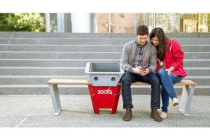 Ricaricare il cellulare su una panchina al parco