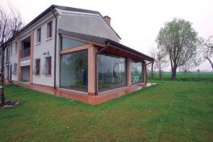 Chiudere un pergolato con delle vetrate: protezione per tutte le stagioni