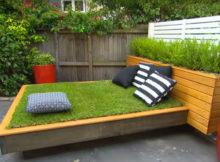 letto d'erba in giardino