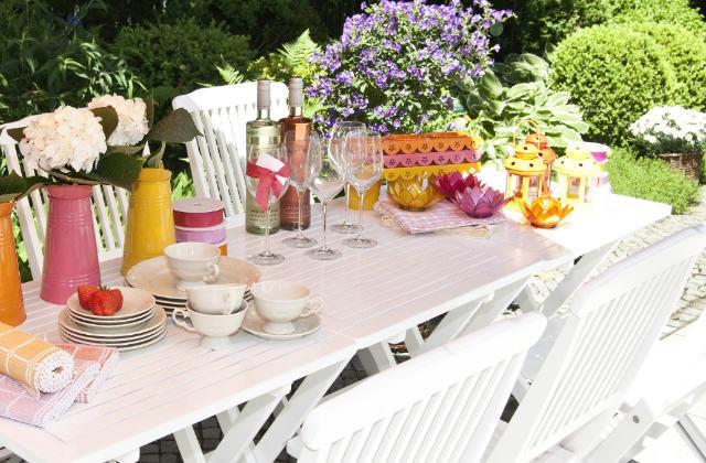 tavola estiva con fiori colorati