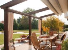 mobili da giardino in legno esposti al sole
