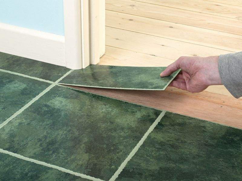 incollare le piastrelle sul pavimento