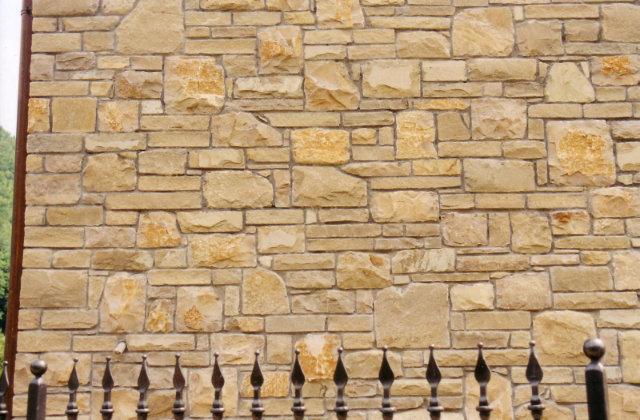 Decorare il giardino con un muro di pietra facile e for Decorare un muro