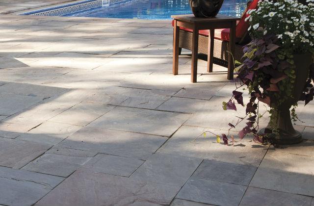 patio lastricato bordo piscina